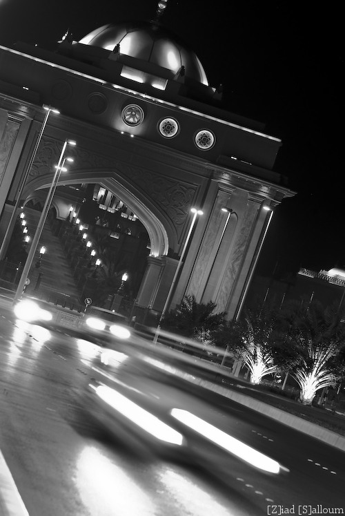 Emirates Palace Gate at 2am (Nikon D80, Sigma 70-200mm f/2.8 @f5.6, ISO 400, 122mm, 0.6sec)